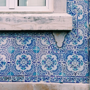 blaue geflieste Hauswand in Lissabon