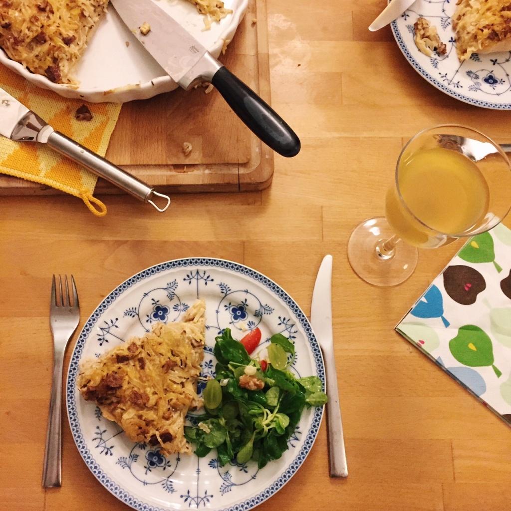 veganer Zwiebelkuchen mit Räuchertofu und Kümmel