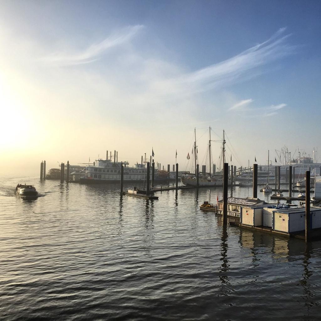 Hafen im Nebel mit Sonne